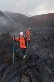 Groep toeristen die op de nieuwe Vulkaan van de uitbarstingstolbachik van het lavagebied op Kamchatka wandelen Rusland, het Verre Stock Foto