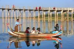 Groep toeristen in een boot dichtbij de Brug van U Bein, Amarapura, Myanm Stock Foto