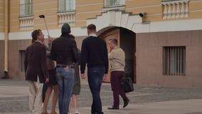 Groep toeristen met een gids op een achtergrond van de oude bouw stock footage