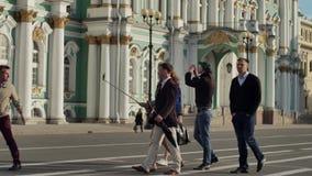Groep toeristen met een gids op een achtergrond van Paleisvierkant stock footage
