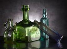 groep uitstekende flessen; geïsoleerd op donkere grond Royalty-vrije Stock Fotografie