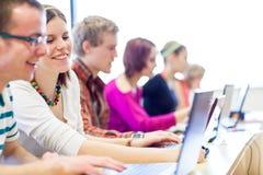 Groep universiteit/universitaire studenten binnen in een klaslokaal royalty-vrije stock afbeelding