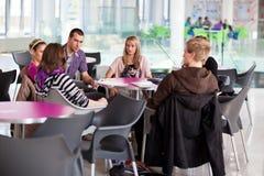 Groep universiteit/universitaire studenten tijdens een rem Royalty-vrije Stock Foto