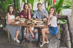 Groep van beste vriend vier die hun lunch hebben samen bij een koffie Stock Fotografie
