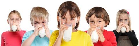 Groep van de de jongensconsumptiemelk van het kinderenmeisje de jonge geitjesglas gezonde die het eten banner op wit wordt geïsol royalty-vrije stock foto's