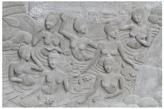 Groep van steen de snijdende sclupture naakte vrouwen die nemend een bad in warme externe waterbadkamers overgieten Stock Afbeeldingen