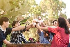 Groep van 6 tieners die pret samen zonder alcoholische drank in koffie hebben stock fotografie