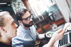 Groep van twee medewerkers die brainstorming maken nieuwe ideeën in moder stock fotografie