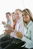 Groep van vier businesspeople het toejuichen Royalty-vrije Stock Afbeeldingen