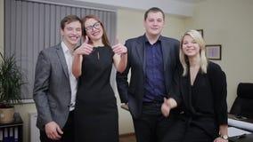 Groep van vier gelukkige bedrijfsmensen stock video