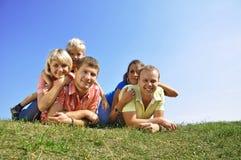 Groep van vier vrienden en jonge geitjes stock foto's