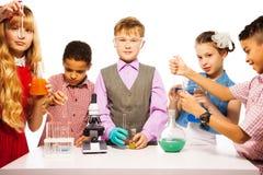 De biologieteam van de klasse Stock Afbeelding