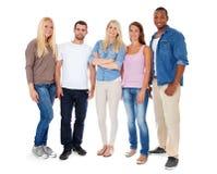 Groep van vijf jonge mensen Stock Afbeeldingen