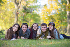 Groep van Vijf Tienerjaren in openlucht Stock Afbeeldingen