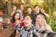 Groep van zes tieners die selfie met pret samen in aftern nemen stock afbeelding