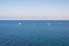 Groep varende boten op de blauwe Middellandse Zee stock foto's