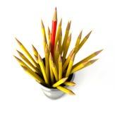 Groep vele gele potloden in een bak. Stock Afbeeldingen