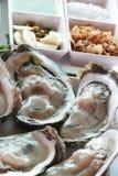 Groep verfraaide ruwe verse vreedzame grote Oesters/Dicht omhooggaand geleidier bij zeevruchtenrestaurant, ongekookte voedsel unp stock afbeelding