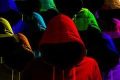 Groep verschillend gekleurde hakkerscybersecurity met een kap concep royalty-vrije stock afbeelding