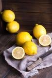 Groep verse citroen op een oude uitstekende houten lijst stock afbeeldingen
