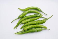 Groep verse groene die Spaanse peperpeper op witte achtergrond wordt ge?soleerd royalty-vrije stock afbeelding