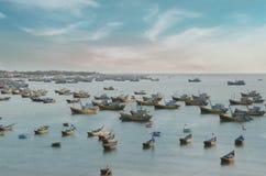 Groep vissersschepen en boten die dichtbij de Kust van Vietnam met aquahemel ophouden stock fotografie