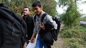 Groep vluchtelingen die Hongarije verlaten stock footage