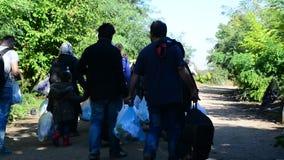 Groep vluchtelingen die Servië verlaten stock video