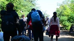 Groep vluchtelingen die Servië verlaten stock videobeelden