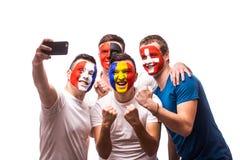 Groep voetbalventilators van hun nationaal team die selfie foto nemen Stock Foto
