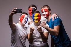 Groep voetbalventilators van hun nationaal team die selfie foto nemen Royalty-vrije Stock Foto's