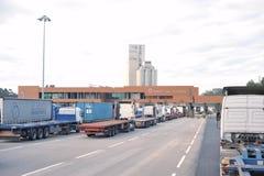 Groep vrachtwagens op Leixões-haven hoofdingang royalty-vrije stock afbeeldingen