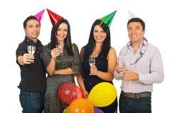 Groep vrienden bij de partij van de Oudejaarsavond Royalty-vrije Stock Foto's
