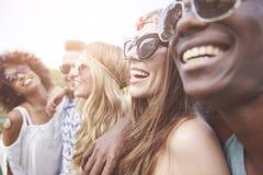 Groep vrienden bij het festival stock fotografie