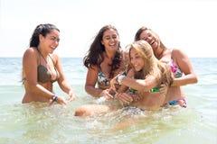 Groep vrienden bij het strand Stock Fotografie