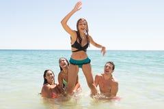 Groep vrienden bij het strand Royalty-vrije Stock Foto's
