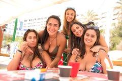 Groep vrienden bij het strand Royalty-vrije Stock Foto