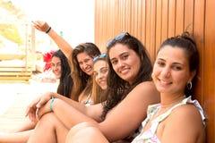 Groep vrienden bij het strand Stock Afbeelding