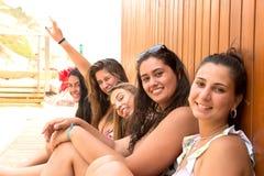 Groep vrienden bij het strand Royalty-vrije Stock Fotografie