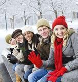Groep vrienden buiten in de winter Stock Afbeeldingen