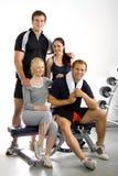Groep vrienden in de gymnastiek Stock Afbeeldingen