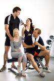 Groep vrienden in de gymnastiek Stock Fotografie