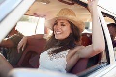 Groep Vrienden die in Auto tijdens Wegreis ontspannen royalty-vrije stock foto