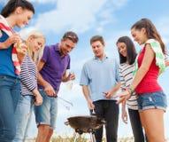 Groep vrienden die barbecue op het strand maken Royalty-vrije Stock Foto