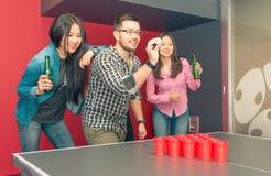 Groep vrienden die bier spelen pong royalty-vrije stock afbeelding