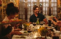 Groep vrienden die diner van partij genieten stock fotografie