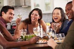Groep Vrienden die Diner van Partij thuis genieten royalty-vrije stock afbeelding