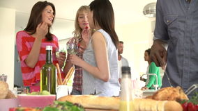 Groep Vrienden die Dinerpartij hebben thuis stock video