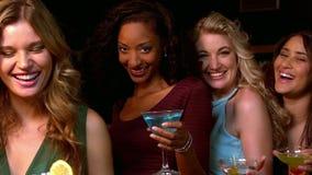 Groep vrienden die een cocktail hebben stock footage