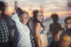 Groep vrienden die een partij van het de zomerstrand hebben royalty-vrije stock afbeelding